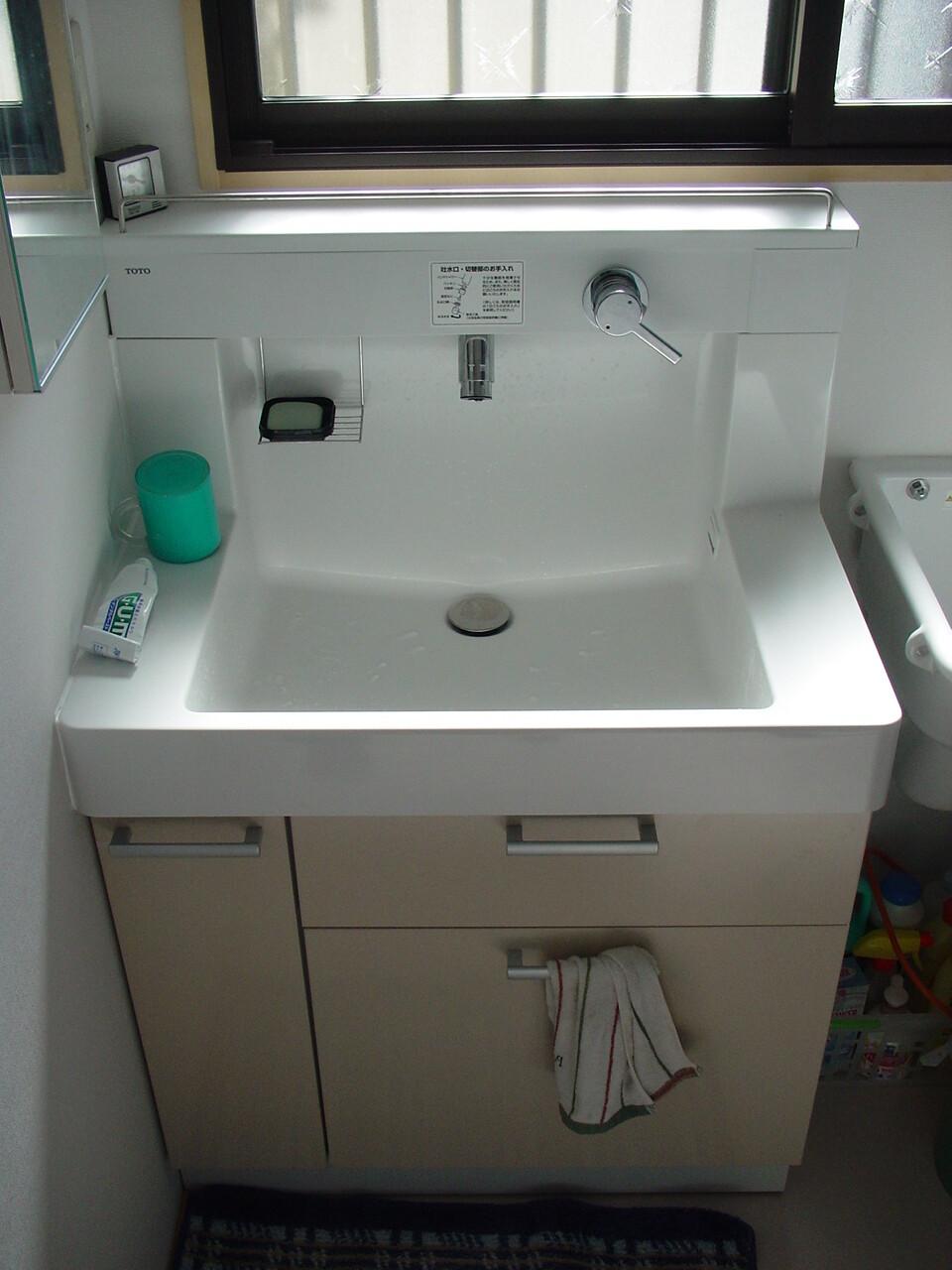 洗面所の窓を有効利用した洗面化粧台と化粧鏡の組み合わせ】明石市の水道